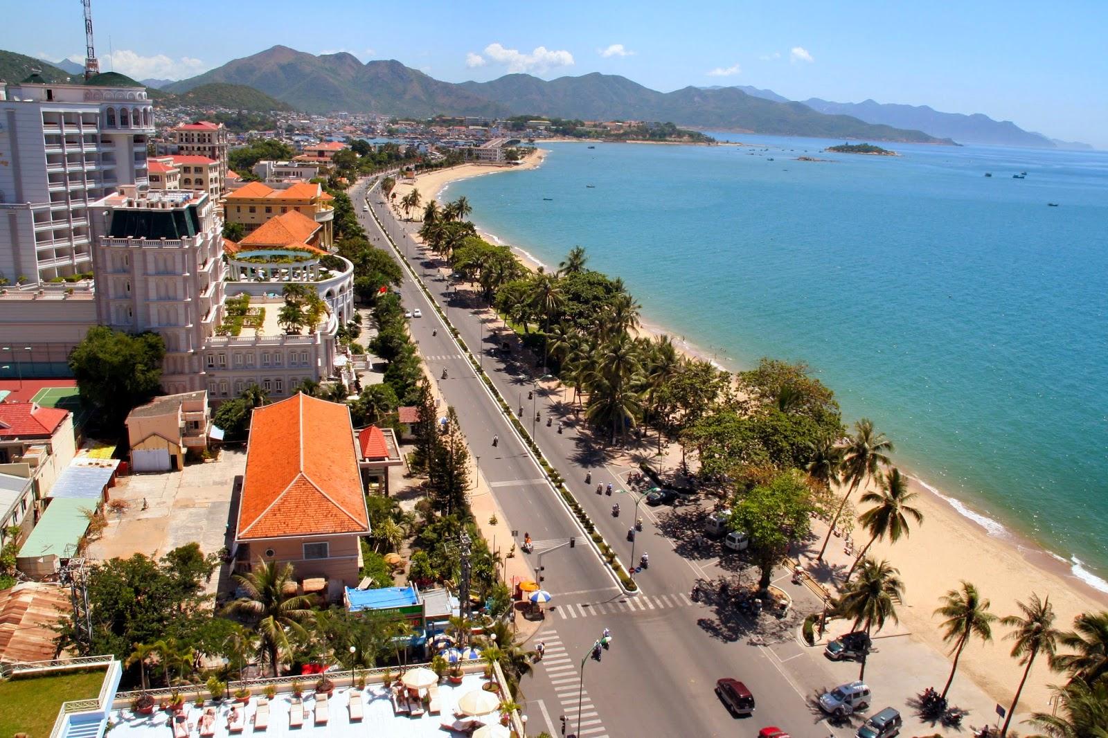 tour du lịch thành phố biển Nha Trang tận hưởng bầu không khí tuyệt vời trên những bãi cát trắng, đấm mình trong ánh nắng