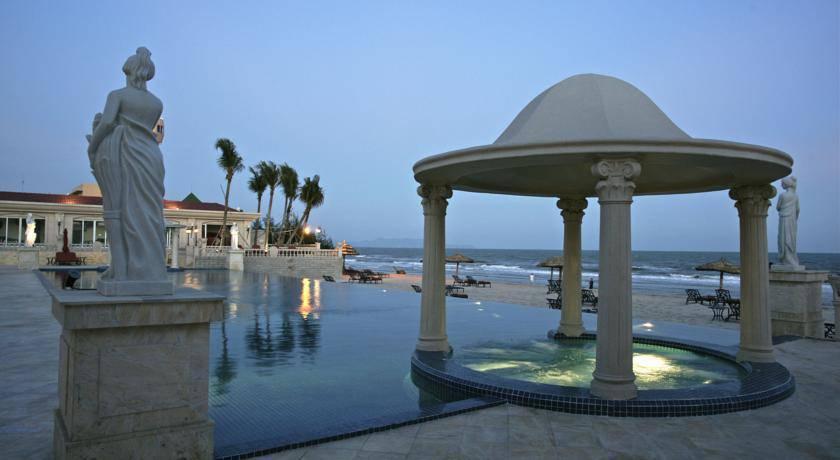 Hồ bơi tại khách sạn The Imperial Vũng Tàu