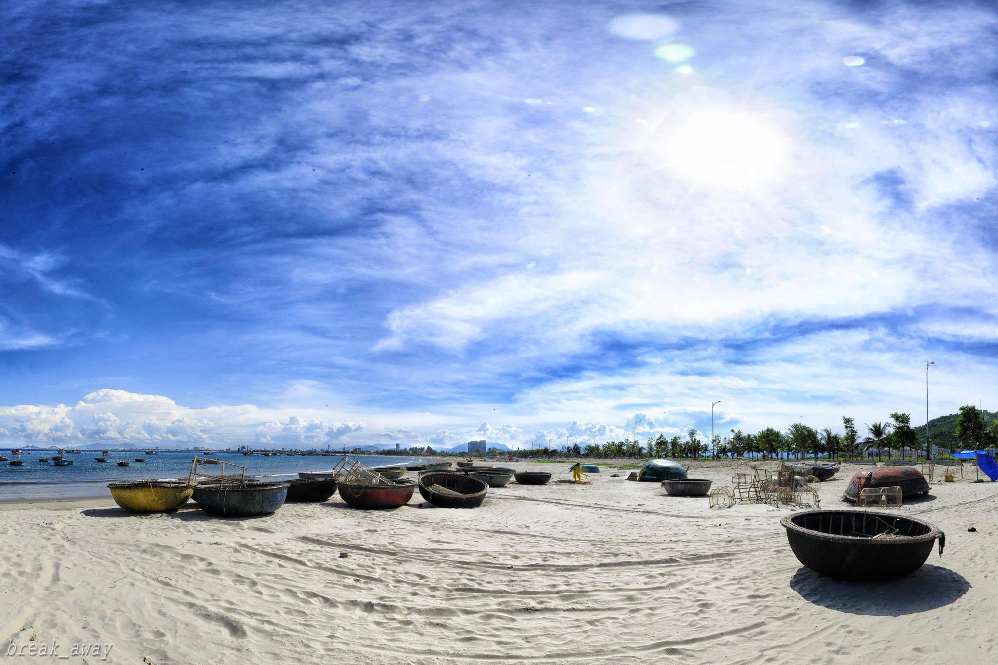 Bãi biển Mỹ Khê với những bãi cát trắng tinh trải dài