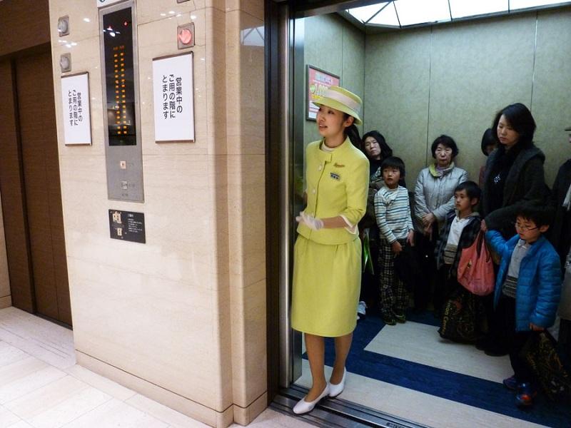 Người điều khiển thang máy ở Nhật