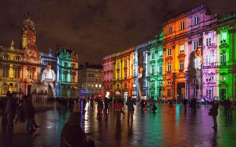 Đèn được bật khắp mọi nơi ở thành phố