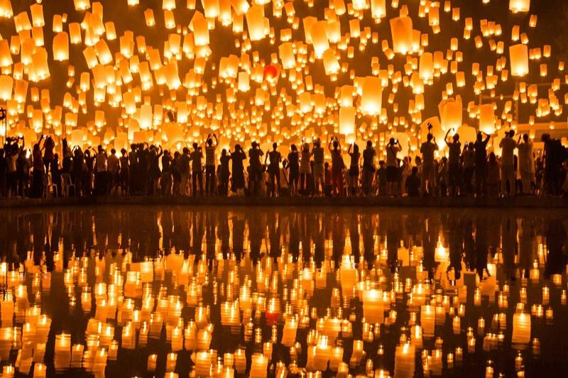 Lễ hội thả đèn hoa đăng rực rỡLễ hội thả đèn hoa đăng rực rỡ