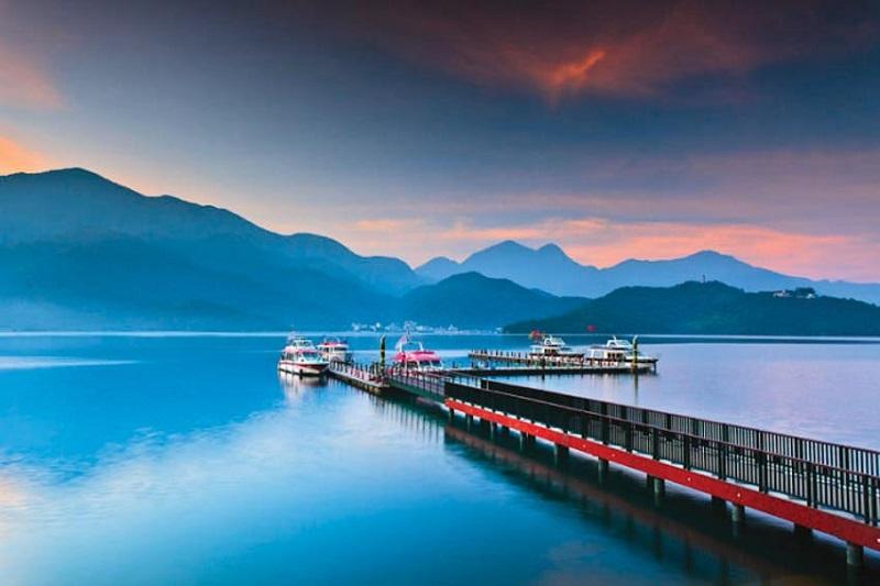 Hồ Nhật Nguyệt lộng lẫy vào buổi chiều tà