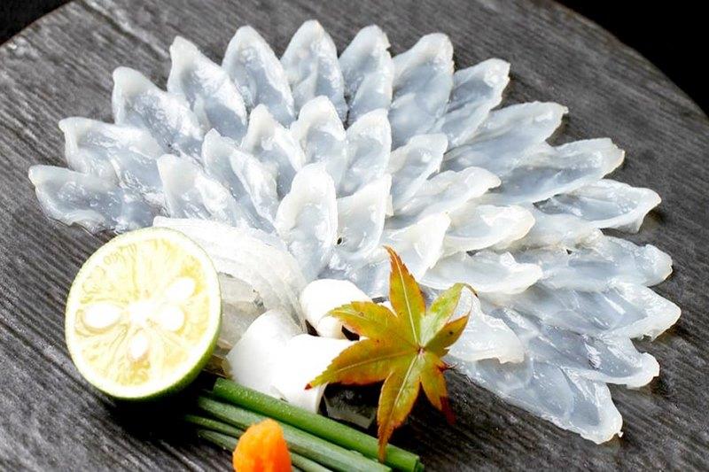 Món ăn từ cá nóc được trang trí một cách chỉnh chu