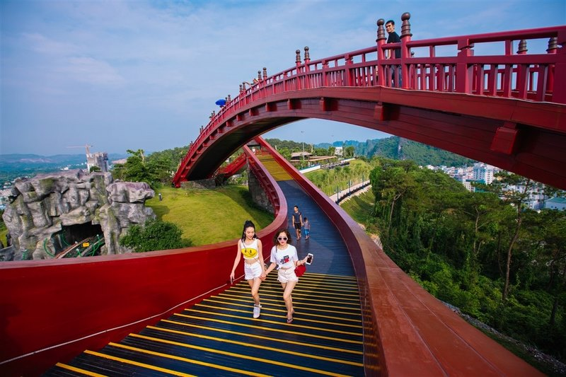 Cầu Koi được đông đảo các bạn trẻ đến check in